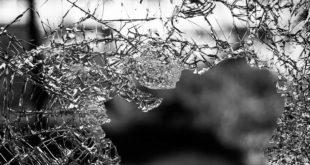 زجاج مكسور بعنف