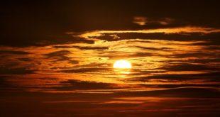 غروب الشمس في سماء و بحر
