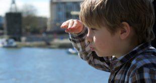 صبي ينظر إلى المستقبل